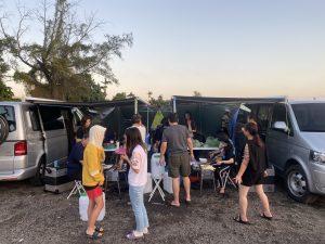 這是白天野外露營烤肉情景