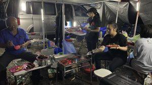 這是夜間野外露營烤肉情景有通明的燈火